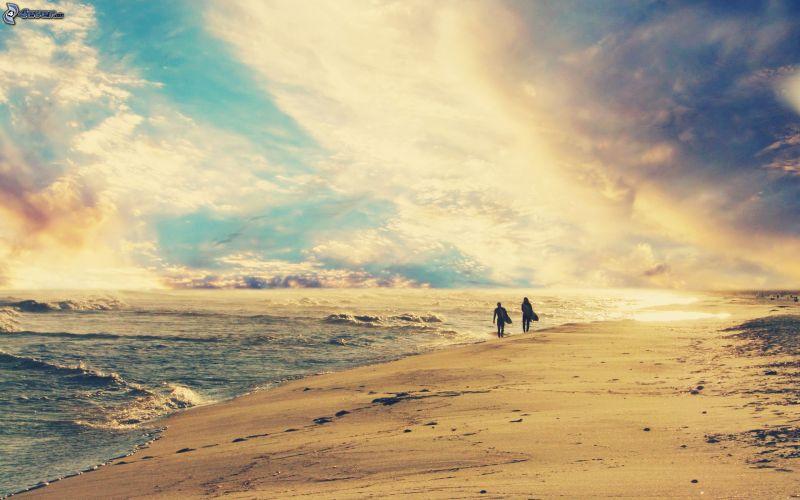 pareja-en-la-playa,-mar,-nubes-170927